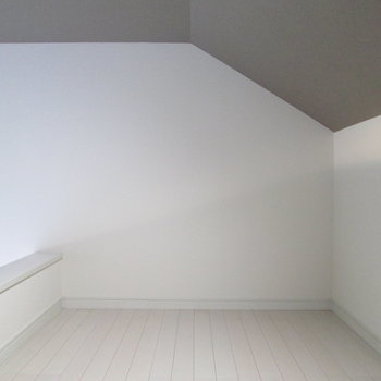 ロフトまで天井のアクセントクロスがのびていて落ち着いた空間に。
