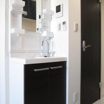 洗面台はキッチン背面に。