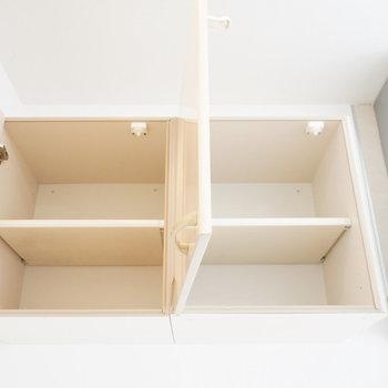 キッチンスペース頭上にも棚が!※写真は2階の同間取り別部屋のものです。