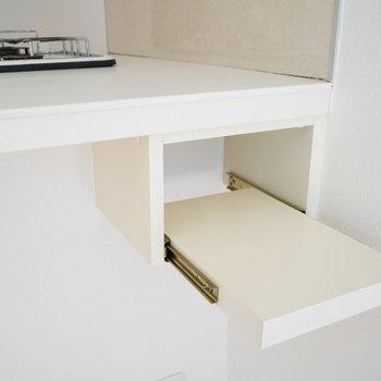 キッチンの謎の装備・・・!※写真は2階の同間取り別部屋のものです。