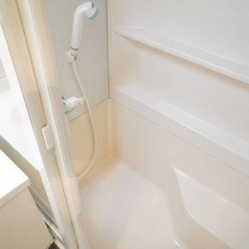 お風呂に座る場所があるのでシャワーが楽そう!※写真は2階の同間取り別部屋のものです。