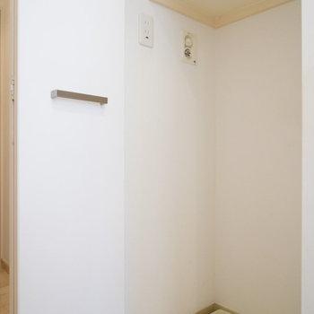 洗濯機置場は扉付きで棚もあります!!※写真は2階の同間取り別部屋のものです。