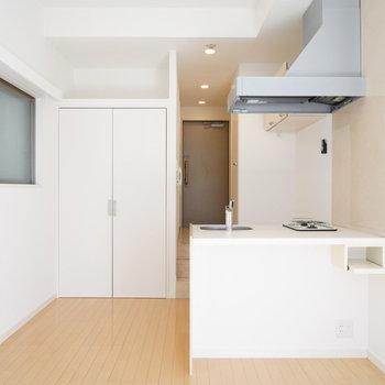 1Rでも対面キッチン!※写真は2階の同間取り別部屋のものです。左側の窓はありません。