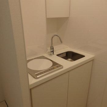 キッチンはコンパクトに。※写真は5階の同間取り別部屋のものです。