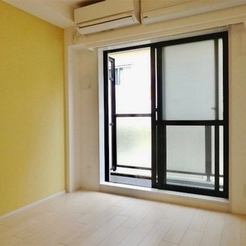 イエローのアクセントクロスが施されています。※写真は5階の同間取り別部屋のものです。