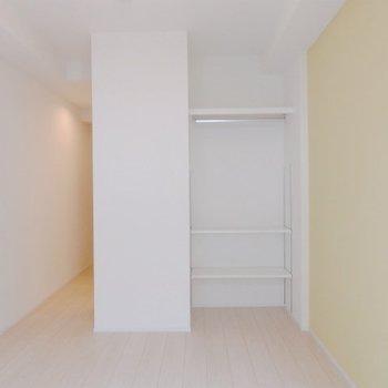 広さは約5帖。ベッド置いたらほとんど終わり。※写真は5階の同間取り別部屋のものです。