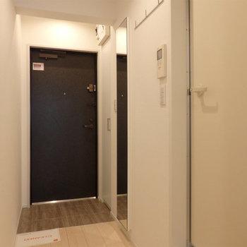 玄関に姿見が付いています。※写真は5階の同間取り別部屋のものです。