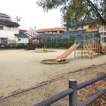 この公園は子どもが喜ぶ〜!遊具も結構充実。
