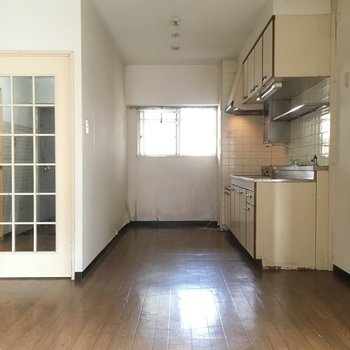 キッチン後ろに冷蔵庫置場※写真は2階の同間取り角部屋、清掃前のものです