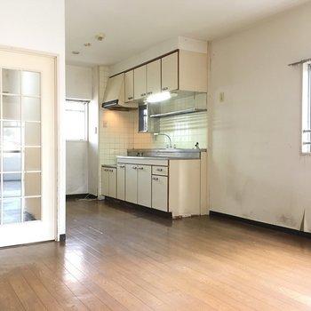 リビングも広々で開放感がありますよ!※写真は2階の同間取り角部屋、清掃前のものです