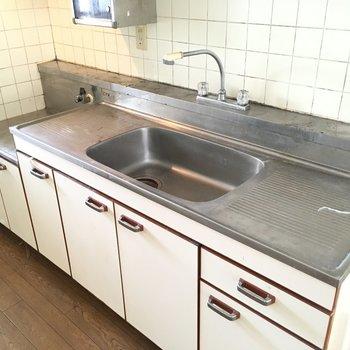 キッチンはなかなか広めで、この蛇口は隅々まで水を流せそうですね〜※写真は2階の同間取り角部屋、清掃前のものです