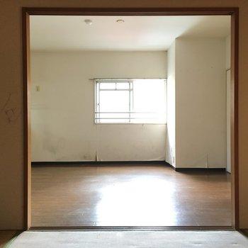 和室からのリビング※写真は2階の同間取り角部屋、清掃前のものです