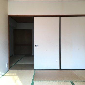 洋室横は和室になっています※写真は2階の同間取り角部屋、清掃前のものです