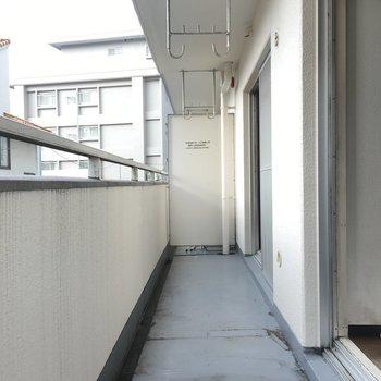 ベランダは長め×広め※写真は2階の同間取り角部屋、清掃前のものです