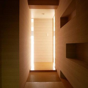 玄関から見た廊下。奥から光が漏れてかっこいい!