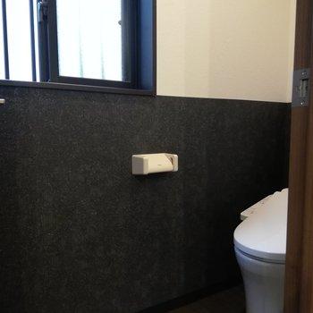 サニタリーの横には小窓つきトイレが
