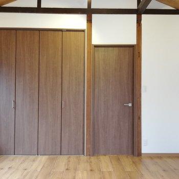 【8帖洋室】収納はドア横に。