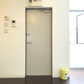 玄関前にはラグを置いて仕切りを。