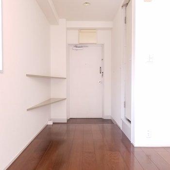 玄関隅に三角の棚!靴は見せる収納かな。※写真は4階の反転間取り別部屋のものです