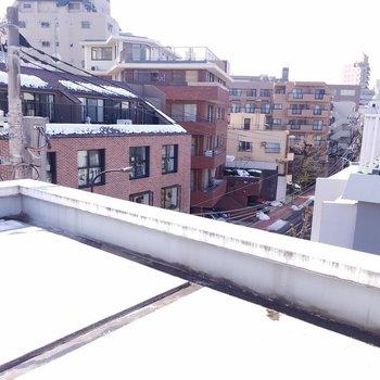 ベランダじゃない窓側にルーバル・・・??※写真は4階の反転間取り別部屋のものです