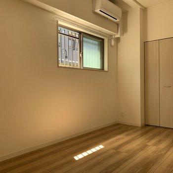 こちらは洋室。あたたかい雰囲気。