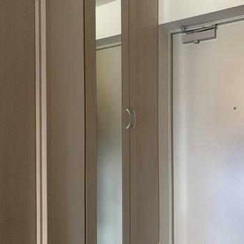 玄関横には鏡付き。