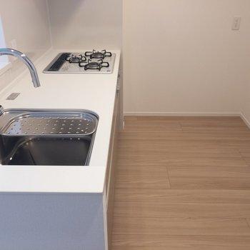 【LDK】キッチンに来ました。スペースゆったりです。