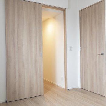 【寝室】向かって右は廊下への扉。左の引き戸は・・・→