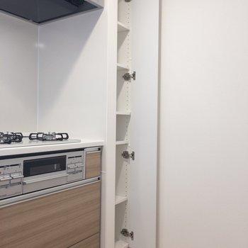 【LDK】キッチン横に収納があります。重宝しそう。
