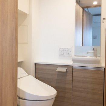 トイレにも洗面台&鏡があります!