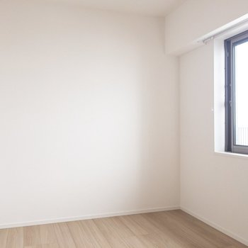 【寝室】5.1帖です。窓つき。南向きで明るい!