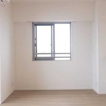 【LDK】この窓は南向きなので、太陽光をたっぷり取り込んでくれます。