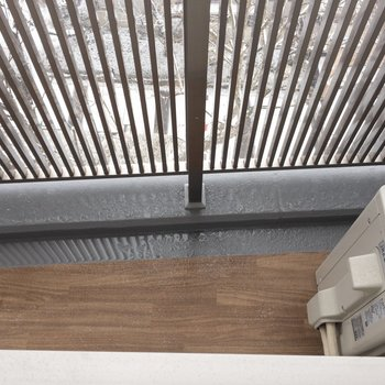 【寝室】窓の下には絶妙なスペースが。鉢植えを置いたりしても良さそう。