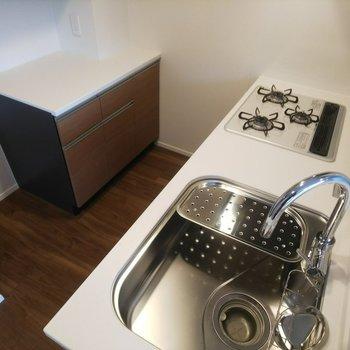 調理台も付いていて料理も楽々!※写真は3階の同間取り別部屋のものです
