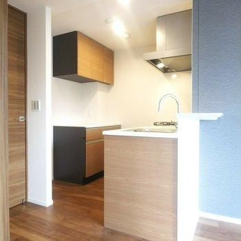 キッチンはお部屋の中を見回せる方向に設置されています◎※写真は3階の同間取り別部屋のものです
