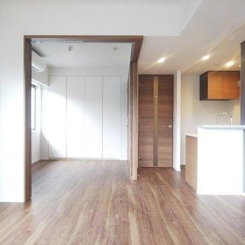 扉を開け放つとベッドルームが見渡せるような作りになっています。※写真は3階の同間取り別部屋のものです