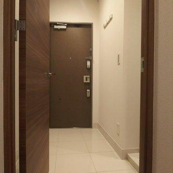 玄関スペースはとっても広々!※写真は3階の同間取り別部屋のものです