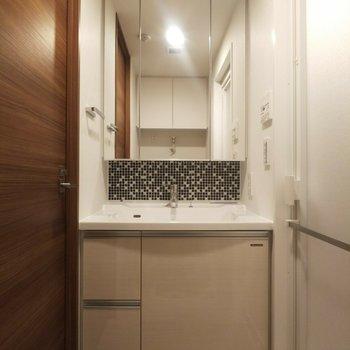 凝ったデザインの洗面台がお洒落。※写真は3階の同間取り別部屋のものです