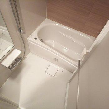 浴槽はゆったりサイズ。深さ幅ともに十分です◎※写真は3階の同間取り別部屋のものです