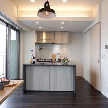 キッチンがどんと構えます。※家具はサンプルです
