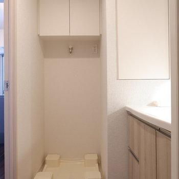 脱衣所も清潔感あります。※家具はサンプルです