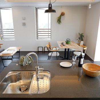 ワンルームなのでキッチンからお部屋を見渡せます。※家具はサンプルです