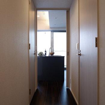 「ただいま」からアイランドキッチンがちらり。※家具はサンプルです