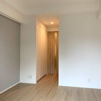 壁の逆側はグレーのアクセントクロス※写真は2階の同間取り別部屋のものです