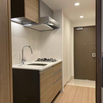 廊下に出るとキッチンが※写真は2階の同間取り別部屋のものです
