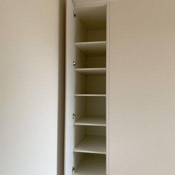 リビングにも気の利いた収納※写真は2階の同間取り別部屋のものです