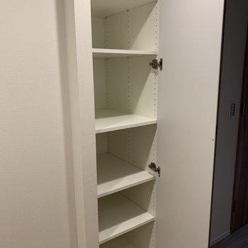 キッチンの後ろにも収納が!※写真は2階の同間取り別部屋のものです
