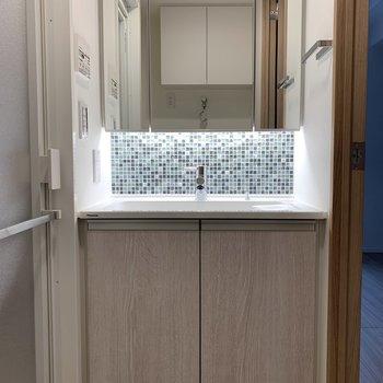 ホテルライクな洗面台※写真は2階の同間取り別部屋のものです