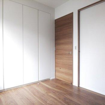 【洋室】差し込む日差しが映えるお部屋です。※写真は3階の同間取り別部屋のものです