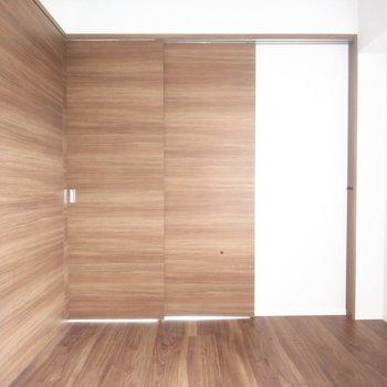 【洋室】木目が美しい!※写真は3階の同間取り別部屋のものです